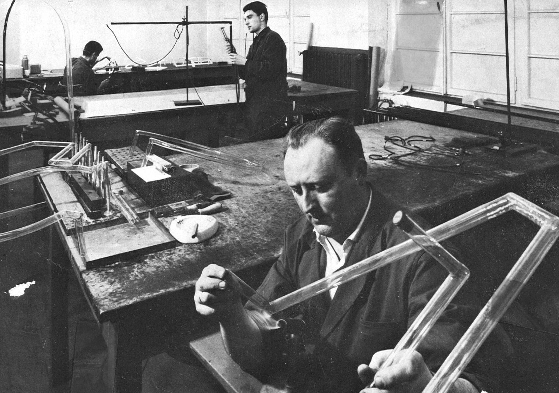 Johannes und Adalbert Hegger gründen Neonröhrenfabrikation